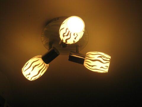 Тусклый свет люстры